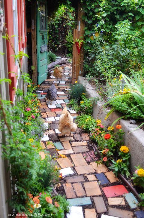 Den Weg im #Garten pflastern mit lackiertem bunten #Holz #diy
