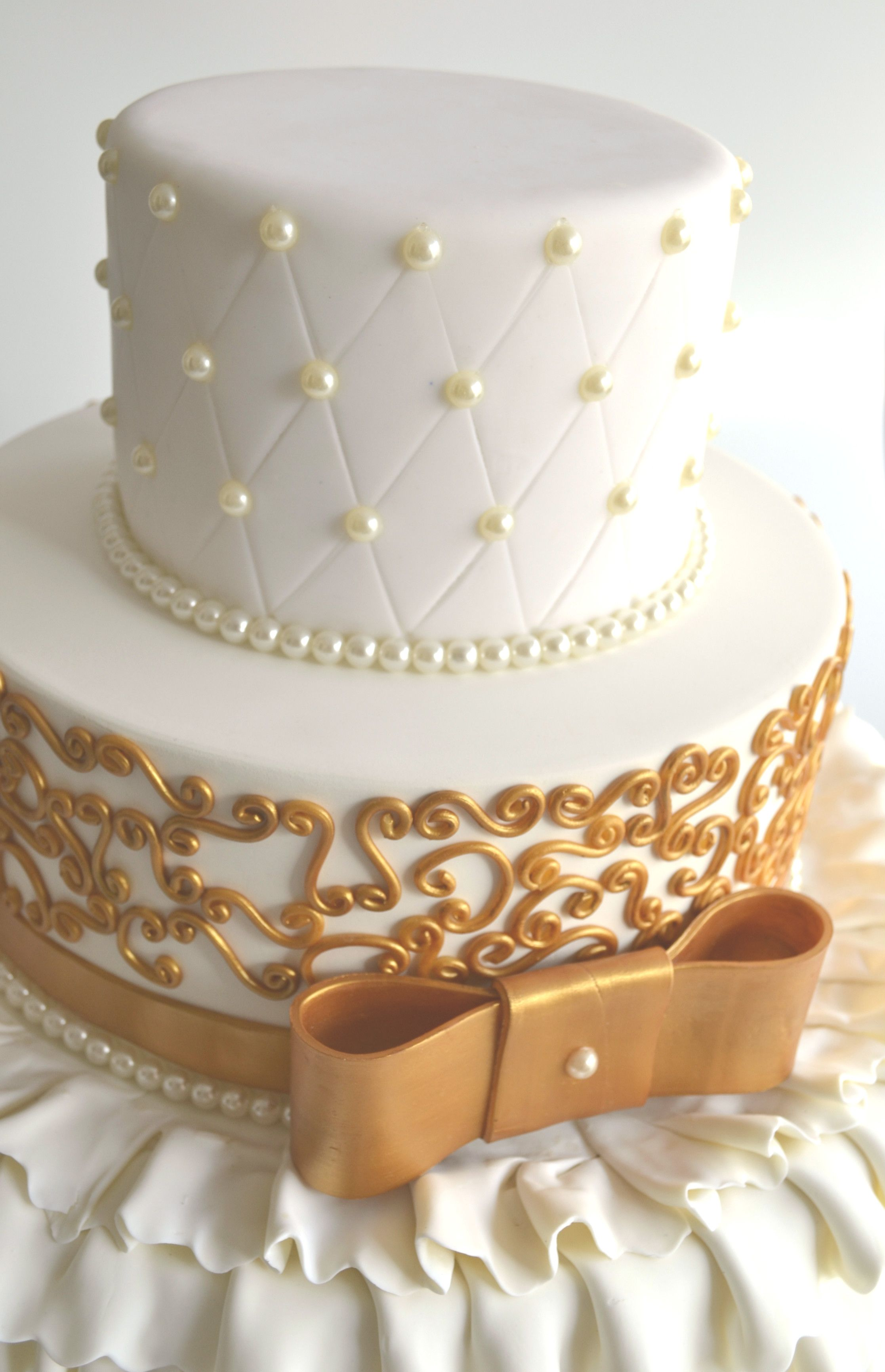 Bolo cenogrfico branco e dourado de casamento ou 15 anos decorado bolo cenogrfico branco e dourado de casamento ou 15 anos decorado com prolas e arabesco dourado ideais de decorao de festa thecheapjerseys Choice Image