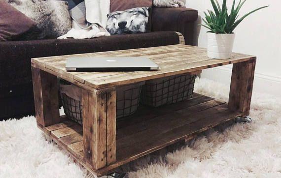 Rustikale Couchtisch Mit Klobigen Beine Und Praktische Räder Oder  Holzklötze. Volle Unteren Deck Ist Perfekt