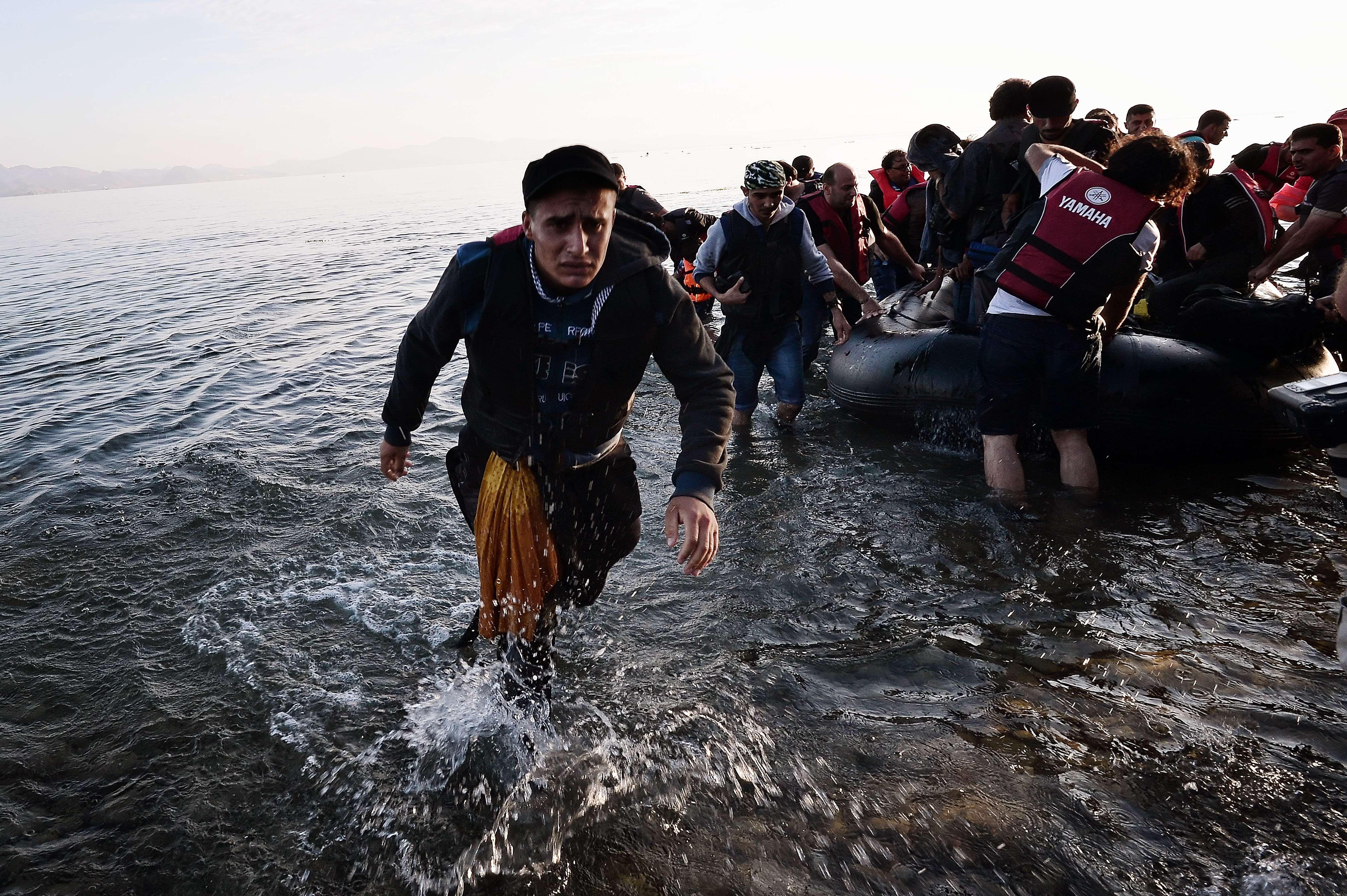 Het aantal verdachte jihadistendatals vluchtelingen naar Duitsland komen, is een stuk hoger dan verwacht. Voor veiligheidsdiensten wordt het almaar moeilijker mogelijke terroristen onder de enorme stroom migranten te identificeren. Dat meldt de lokale krant Neue Osnabücker Zeitung (NOZ), die gegevens opvroeg van het Duitse Bundeskriminalambt, de federale politie. Identificeren Lees ook: IS-terroristen maken dankbaar gebruik … Continued