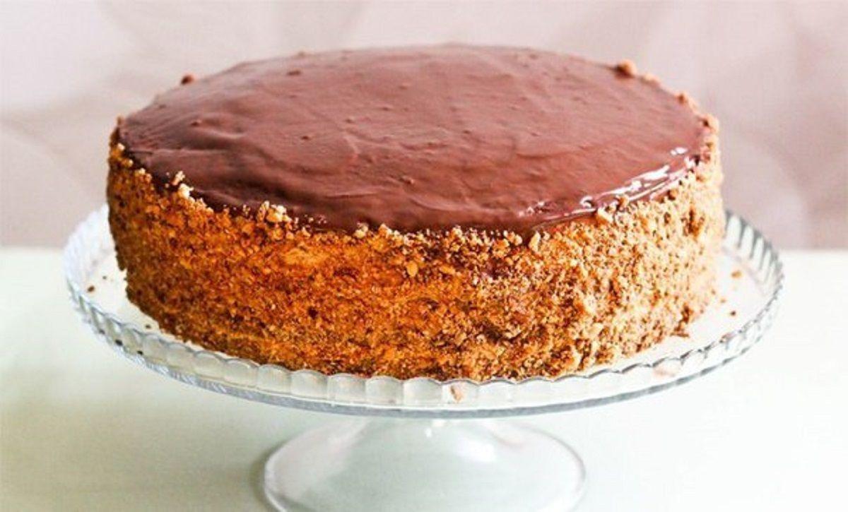 """Echipa Bucătarul.tv vă oferă o rețetă super delicioasă de tort """"Snickers"""". Acest tort are un gust nemaipomenit, se prepară simplu și rapid din ingrediente accesibile. Tortul """"Snickers"""" este una dintre cele mai delicate combinații de pandișpan, lapte condensat fiert, arahide și ciocolată cu lapte. Acest desert este învelit în glazură de ciocolată și decorat cu …"""