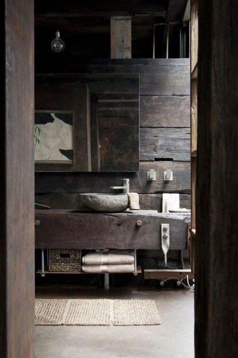 My też kochamy drewno! To jedna z tych chwil, w których dociera do nas, że nie widzieliśmy jeszcze tylu pięknych rozwiązań. Ta toaleta bazuje niemal całkowicie na połączeniu kamienia z ogromnymi ilościami drewna. Wygląda to uroczo i sprawdzi się nie tylko w domkach górskich. Jest przepięknie i nie możemy oderwać od planu naszego wzroku. Pomyślcie o tym, jakie wrażenie musi sprawiać bezpośrednio na żywo? #dom #domek #góry #drewno #kamień #łazienka #toaleta ##kamienny ##zlew