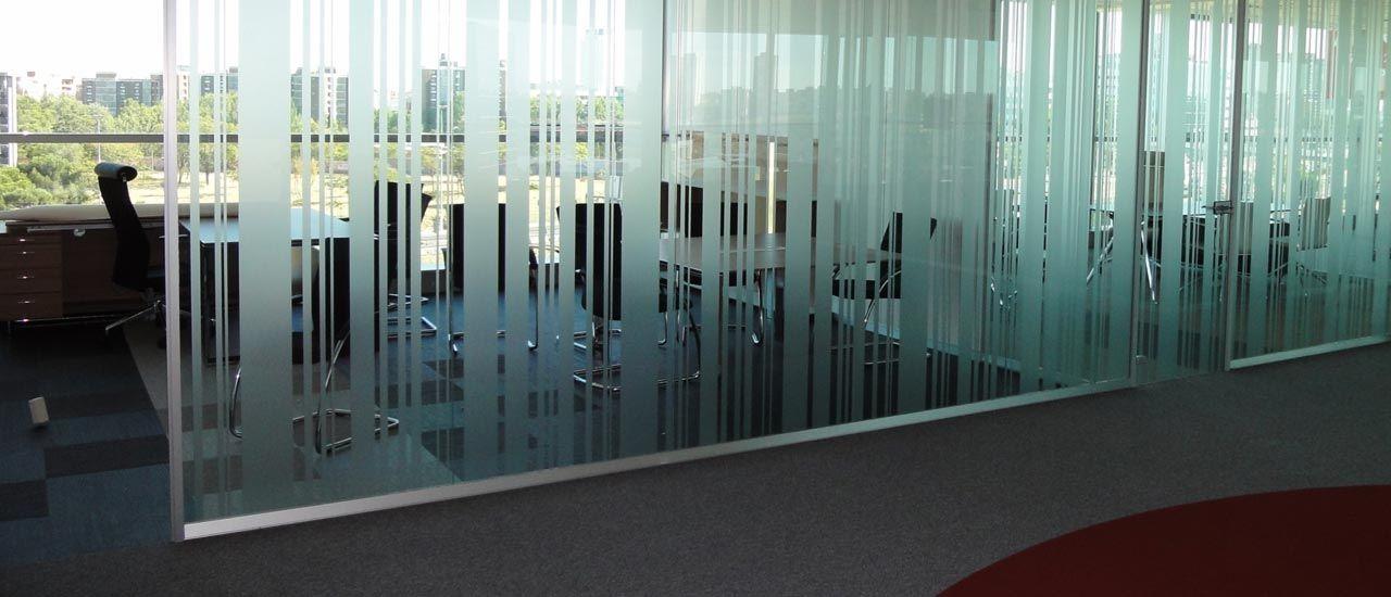 Mamparas de oficina de cristal con vinilos en vertical for Mamparas de oficina