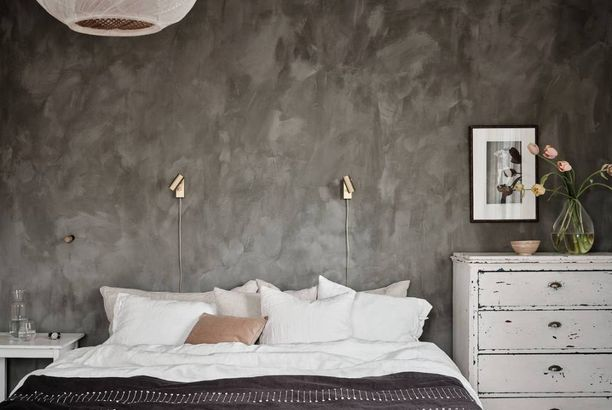 Cozy bedroom with a mineral wall (COCO LAPINE DESIGN)