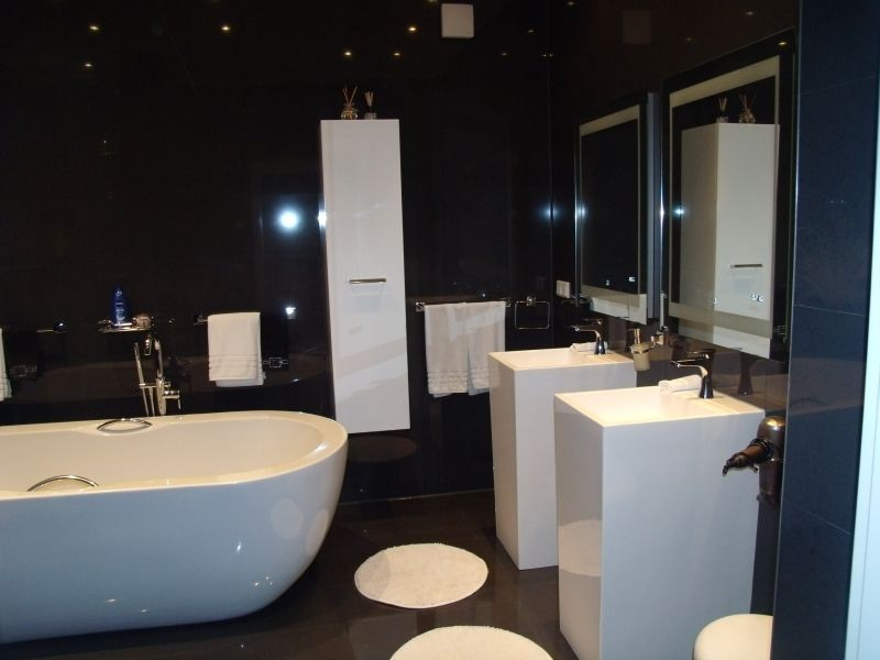 Das ist ein Bad mit Badewanne und Dusche . Droomhuis
