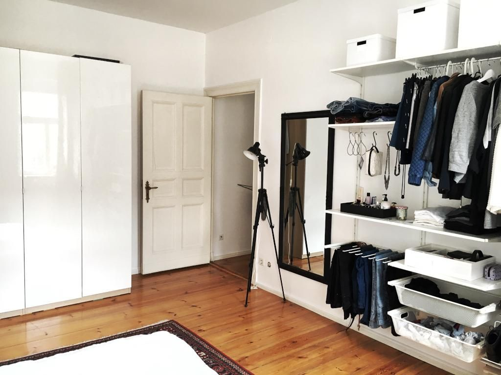 Offener Kleiderschrank mit vielen Verstauungsmöglichkeiten in ...