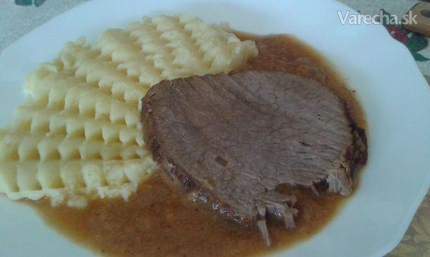 Som naučená jesť slané jedlá, keďže moja mamka solí asi aj nadmieru. Viem, že mi soľ škodí, preto sa snažím dávky znižovať, nahrádzať bylinkami, alebo úplne vynechávať. Ryby nesolím a nekorením už dávno. Vychutnávam si ich prirodzenú chuť. Aj varené alebo parené kura nepotrebuje soľ. No včera som prvý krát skúsila aj iné mäso a to teľacie a bola som prekvapená, akú malo výbornú chuť. Možno týmto receptom niekoho inšpirujem.