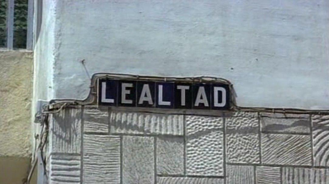 """Vivir en Sevilla, 1978. Plaque of street named """"Loyalty""""."""