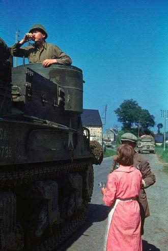 Una pareja francesa da coñac a una tripulación de un tanque americano  al norte de Francia verano de 1944