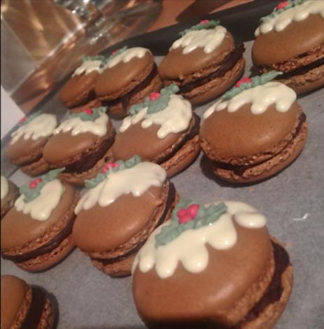 Christmas pudding macarons from Katiefigiel.wordpress.com