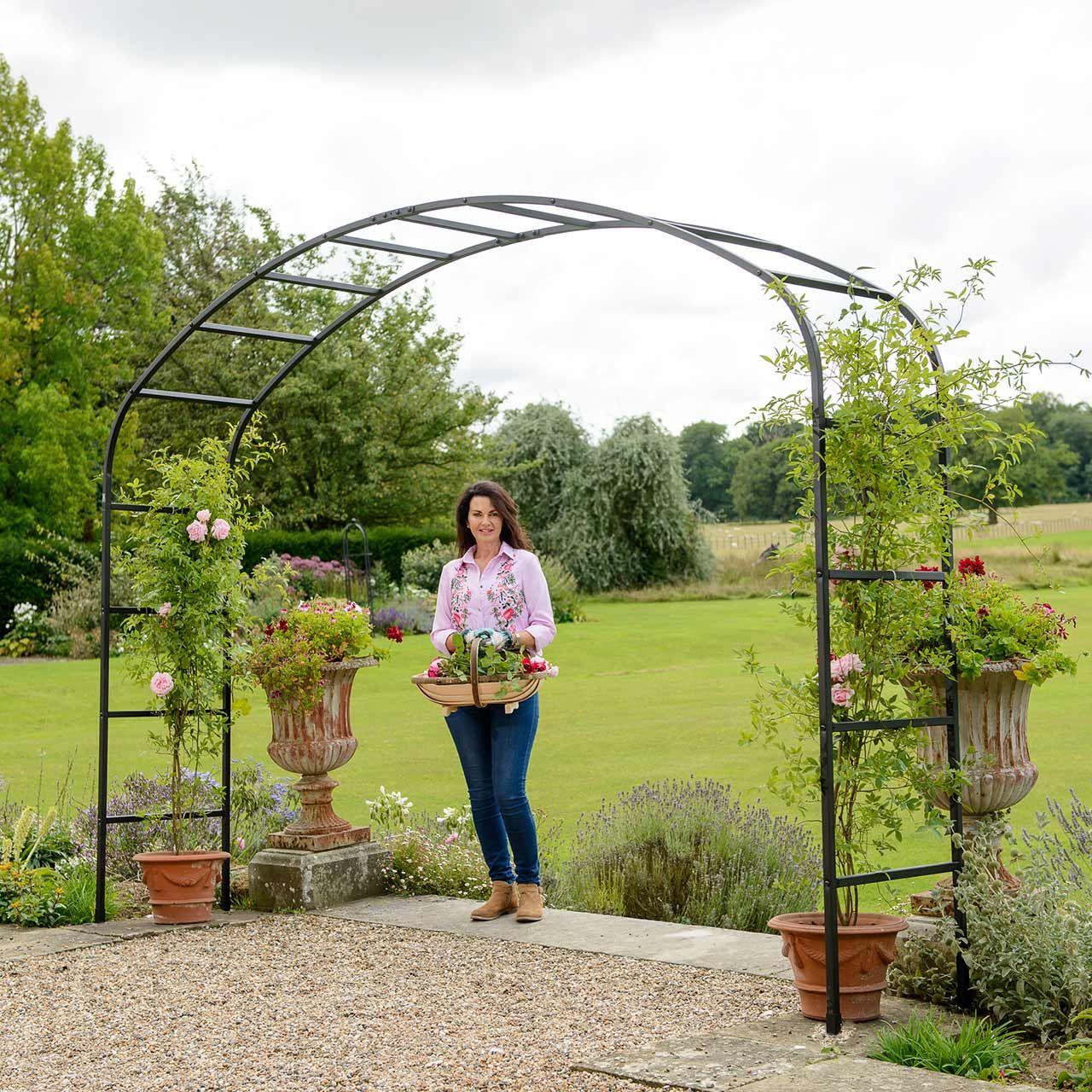 Umrankt Von Bunten Und Duftenden Kletterern Ist Der Ellipse Rosenbogen Ein Aussergewohnliches Gestaltungselement Fur Den Garten Rosenbogen Garten Bepflanzung