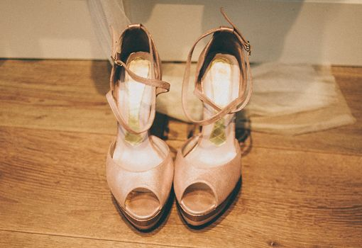 Zapatos de novia con color - TELVA http://www.telva.com/albumes/2012/10/17/boda_berta_joni/index_1.html#album