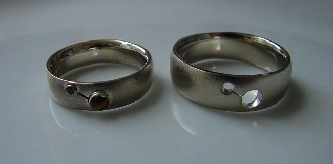 KunstGoud. Wedding bands, 14krt white gold with tiger's eye and sapphire