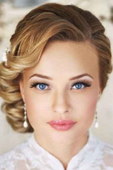 coiffure mariage cheveux courts attache sur le cote idée