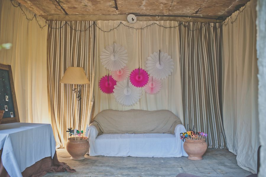 coin photo photobooth cocarde papier diy canap salon. Black Bedroom Furniture Sets. Home Design Ideas