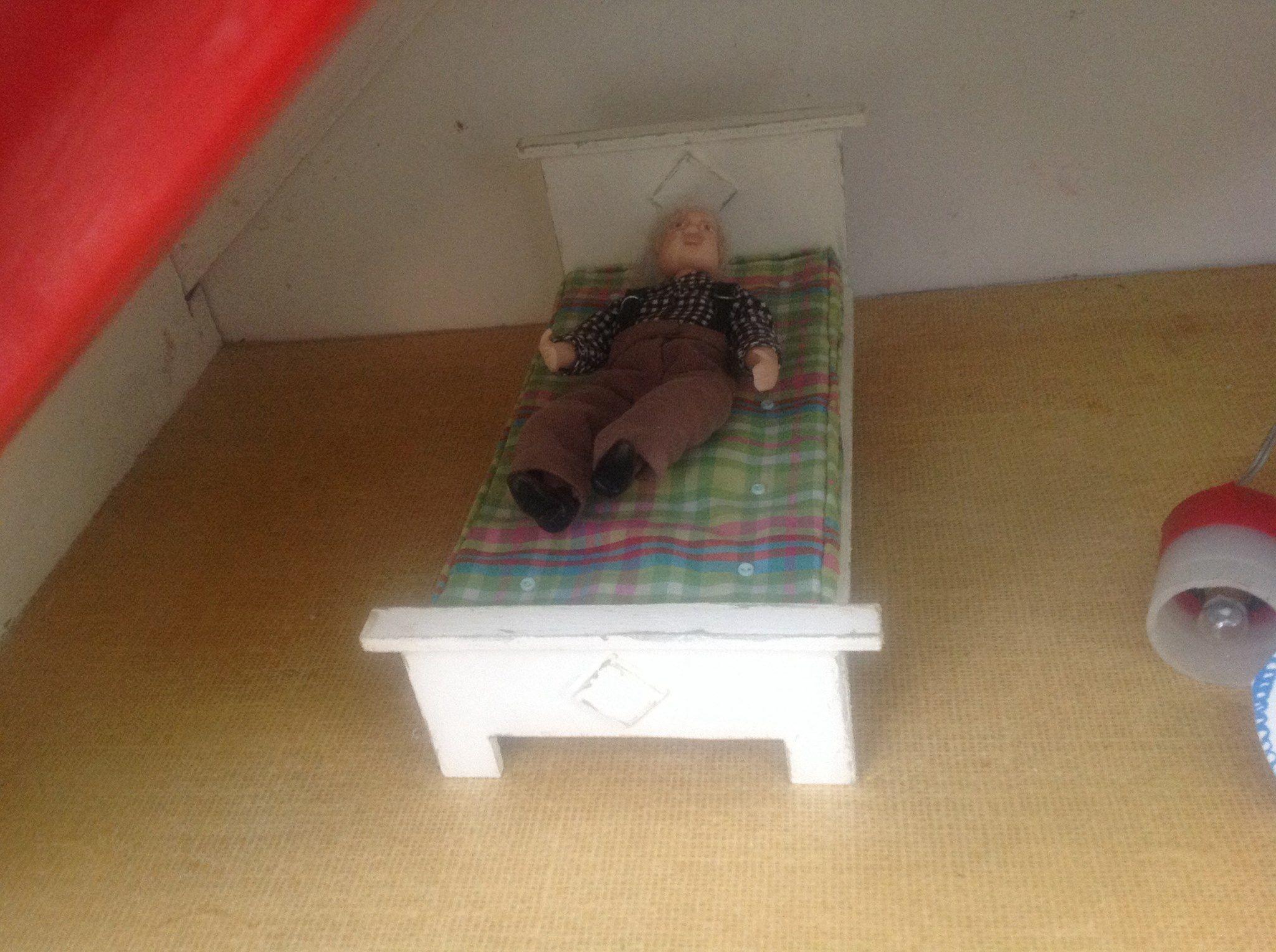 Katsokaa nyt minkä ihanan sängyn puuseppä Hakola Jaana on tehnyt . Tässä on hyvä lekotella . Nyt on niin kuuma ja olen remontista väsynyt , että taidan oikaista itseni ..... Ja vieno kuorsaus kuuluu