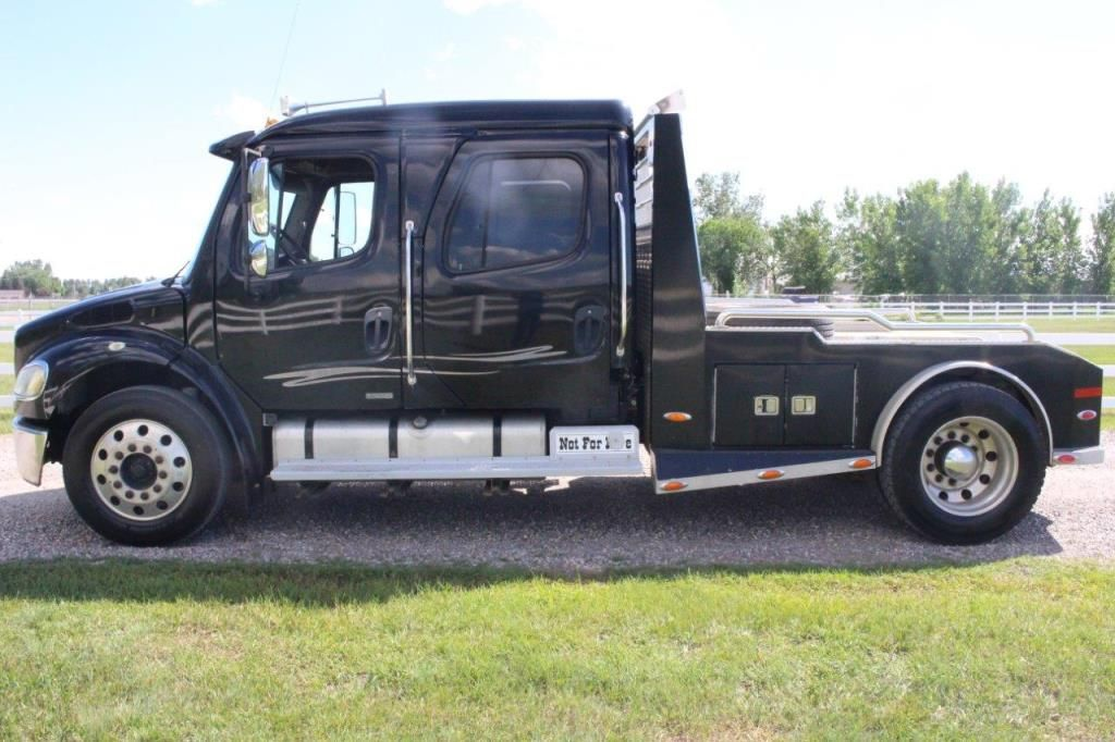 2004 FREIGHTLINER TRUCK FOR SALE IN ALBERTA: This 2004