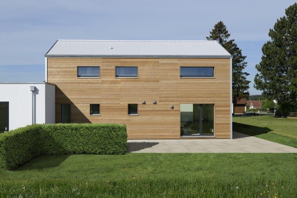 Haus wriedt baufritz modernes holzhaus mit holzfassade for Modernes walmdachhaus