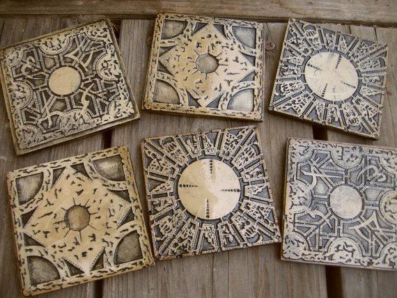 『ヘルレイザー』パズルボックス柄のコースター 送料込み1万円弱 https://www.etsy.com/listing/195022795/hand-made-hellraiser-puzzle-box-coasters… 素材がaged casting stoneとあるが、何だろうか。