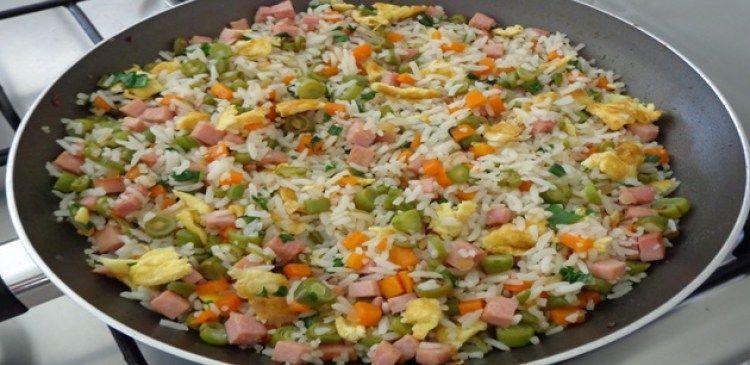 3 xícaras de arroz cozido  - 1 cenoura média cortada em cubinhos  - 10 vagens cortadas em rodelinhas  - 100 g de presunto cortado em cubinhos  - 1 cebola pequena picada  - 2 colheres de shoyu  - 2 colheres (sopa) de óleo  - 3 ovos  - Cebolinha cortada fininha  - Sal