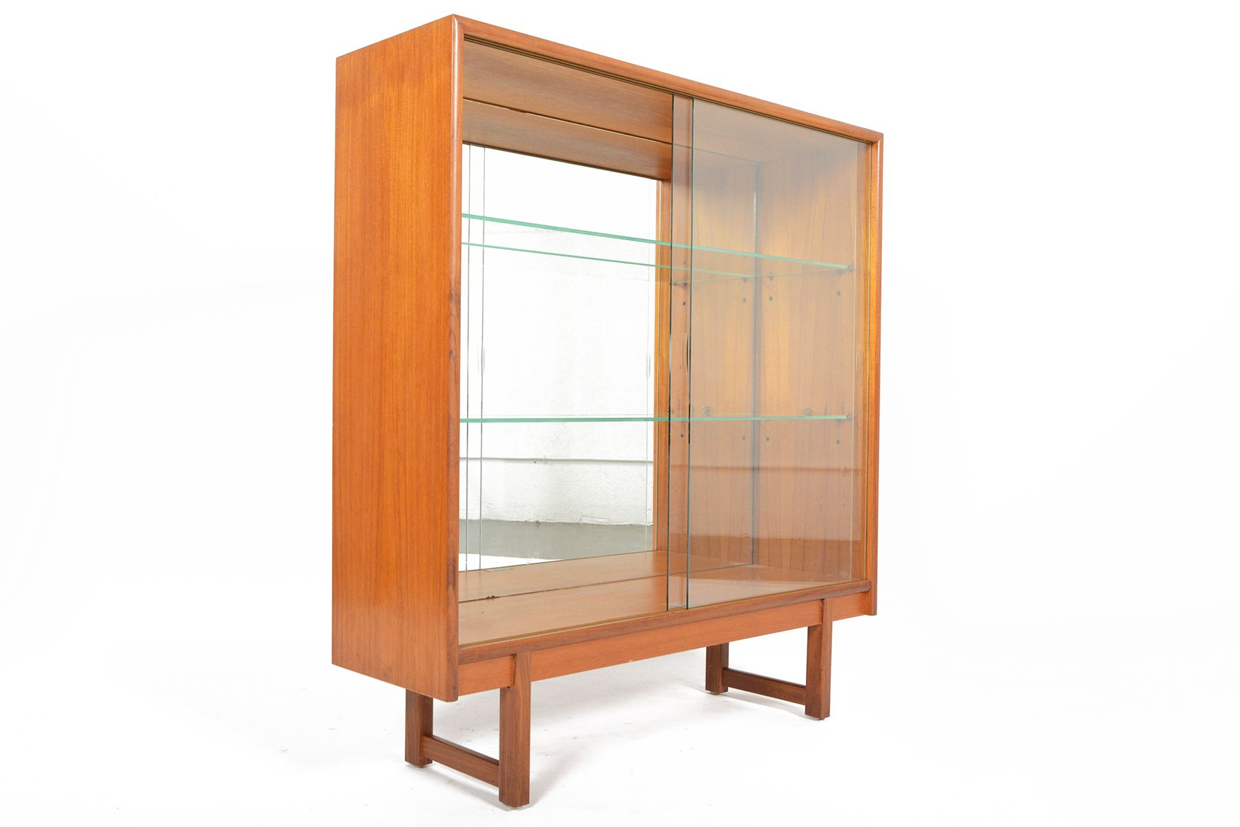 this english modern mid century bookcase was by turnidge of london in the 1960s this amazing piece features a solid teak