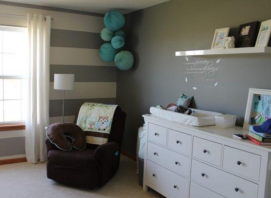 Babyzimmer Streifen Wand Grau Weiß Papierkugeln