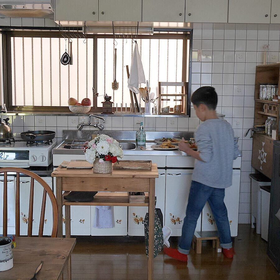 台所を使い易く 大きな出窓に大容量の収納棚をdiy 収納棚 キッチン