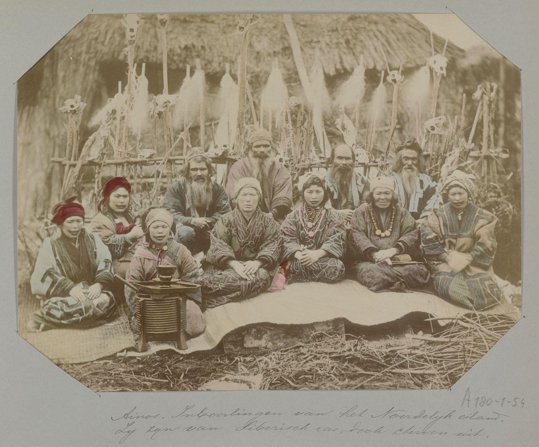 Groepsfoto van Aino, bewoners van het noordelijkst gelegen eiland Hokkaido, 1896