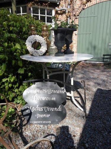Détails sur Grande table de jardin en fer forgé riveté blanc, diam ...
