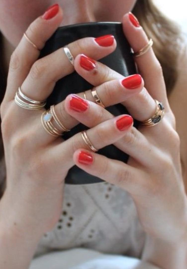 Erikokoisia sormuksia jokaisessa sormessa + punaiset kynnet. Ihanan naisellista! Stacked rings with a classic red nail polish.