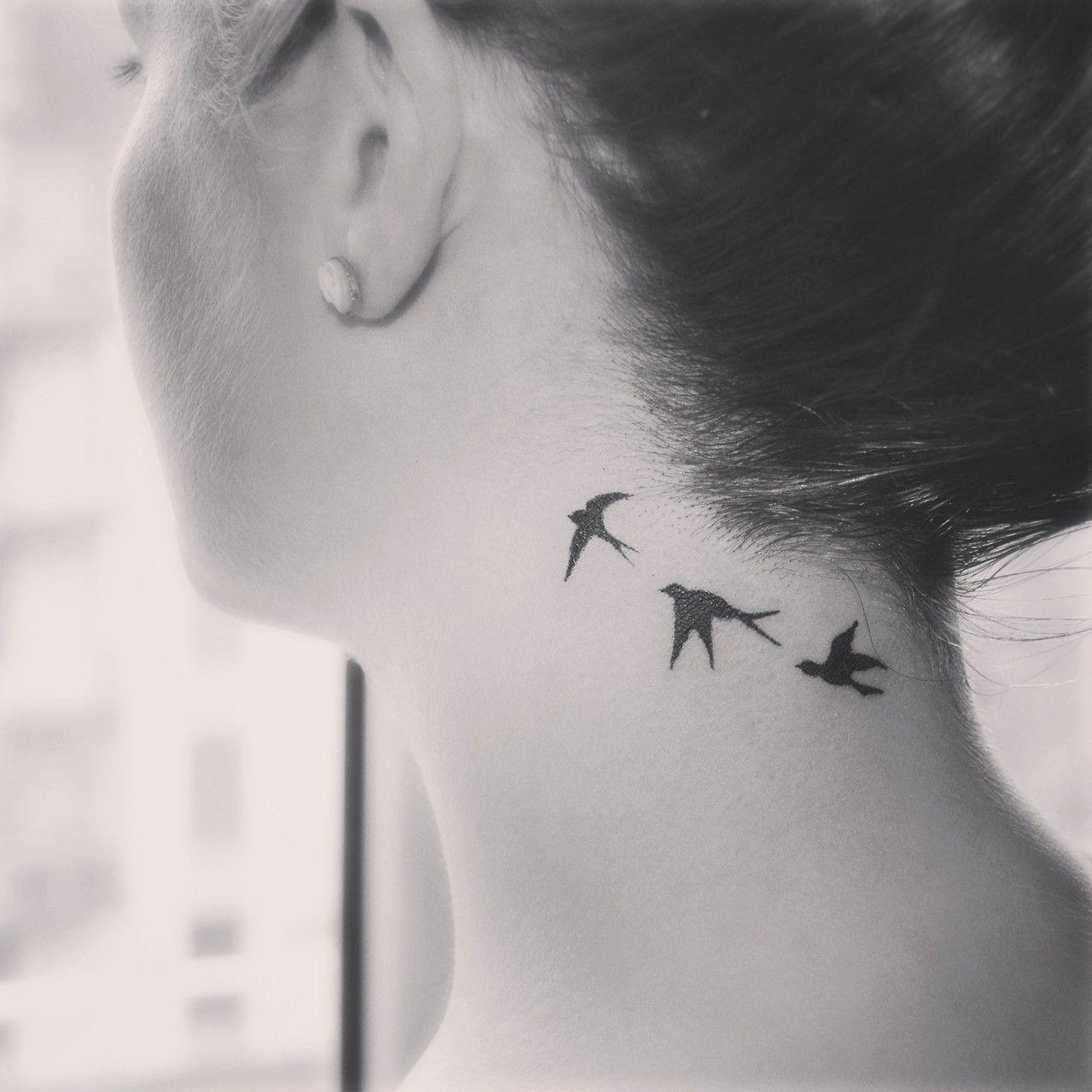 Tatouage Oreille Femme intérieur tatouage de femme : tatouage envolée d'oiseaux noir et gris sur