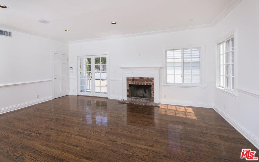 130 N Beachwood Dr Los Angeles Ca 90004 Zillow Los Angeles Empty Room House