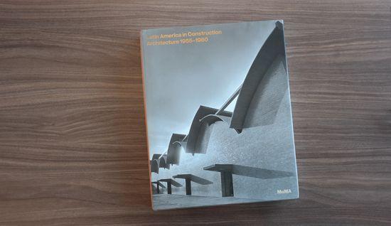 """Latinoamérica en construcción, arquitectura 1955-1980  Sesenta años después de la emblemática exposición """"Arquitectura Latinoamericana desde 1945"""" el MoMA presentó este año una muestra que sin duda marcó un hito, su catálogo la documenta con precisión  http://www.podiomx.com/2015/10/martes-de-libro-latinoamerica-en.html"""