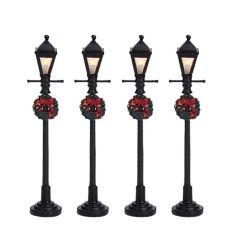 Lanterne à gaz 3 x 1.5v. A découvrir dans votre magasin TRUFFAUT afin de créer un décor de Noël au pied de votre sapin.