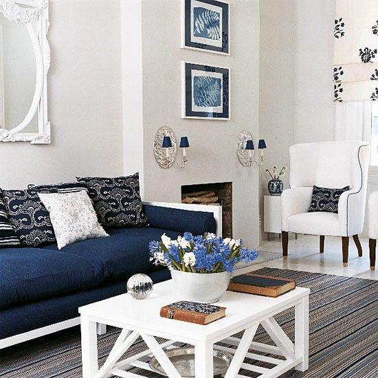 New England-Stil Wohnzimmer Das tiefe Blau des Lena Proudlock Sofa