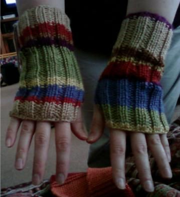 Dr. Who Wrist Warmers to match the Dr. Who Scarf. This gives me so ...