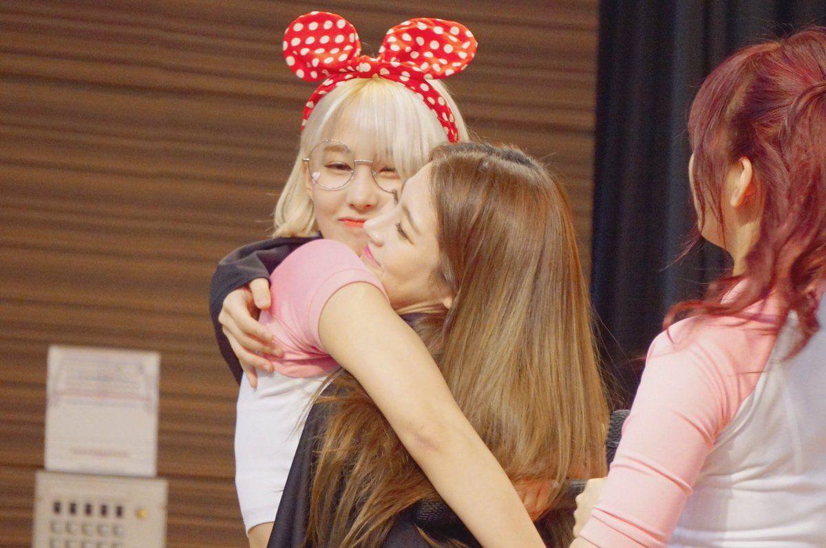 PRISTIN ♡ ReNa 레나 (Kang YeBin 강예빈) & YuHa 유하 (Kang KyungWon 강경원) at Nowon fansign 170513 #레레 #콩 #예빈 #유유 #황금비몸매