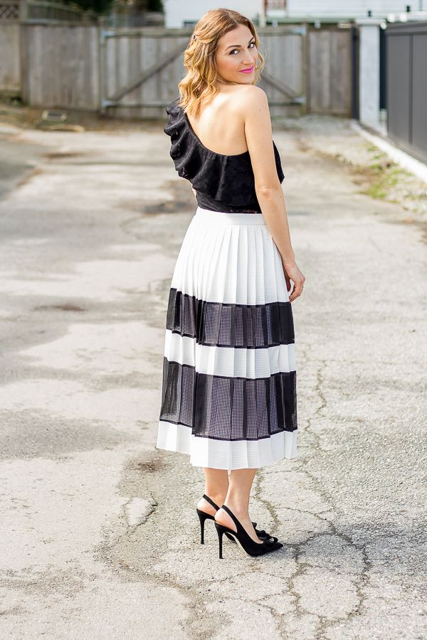 f8315a3e3757d Stunning black and white pleated midi skirt