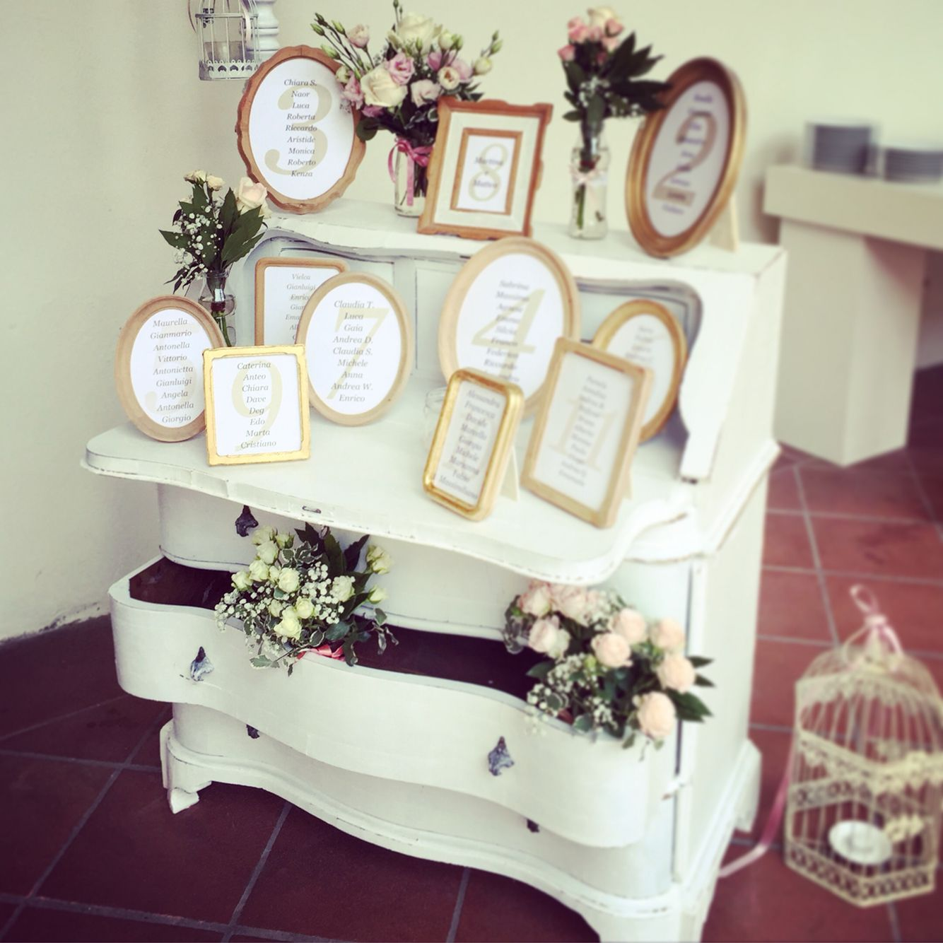 tableau de mariage shabby chic table plan white frame cornici decorative con indicati i nomi. Black Bedroom Furniture Sets. Home Design Ideas