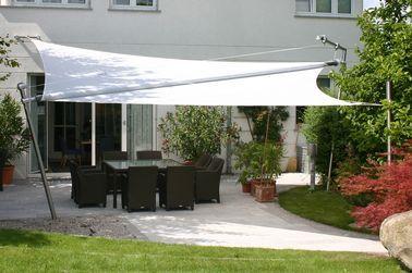 Aménagement d\'une terrasse déco avec un voile d\'ombrage