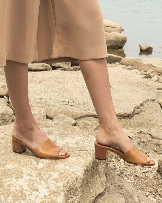 elizabeth slide in honey | nisolo.