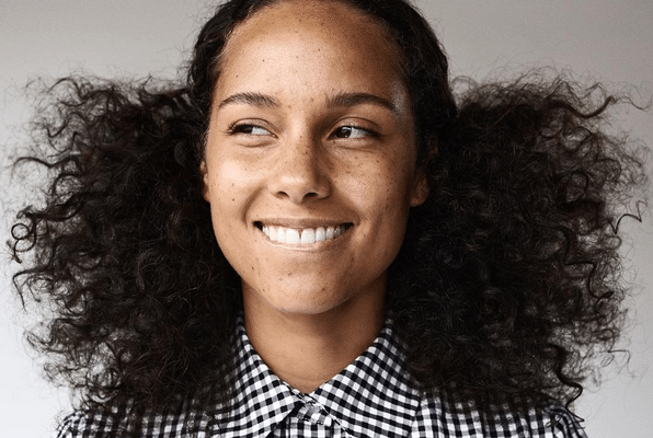 Alicia Keys Has Freckles Alicia Goes Makeup Free For New Campaign Pics Inside Natural Hair Styles No Makeup Movement Alicia Keys No Makeup