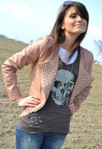 Remera calavera + chaqueta rosa