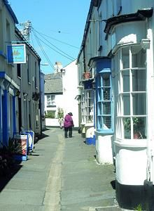 Appledore,a picture-perfect Devon fishing village,characterised by a little curved quay as well as views onto the town of Instow across the water & out to where River Torridge meets the sea between Westward Ho! & Saunton beaches.The water is dotted w/ fishing & sailing boats.Houses date from the early 1700s,w/ many quirky features such as uneven plaster walls,rafters built from old boats & a slight 'uphill' feel as you walk from the hallway through to the kitchen,as it's built on a hillside.