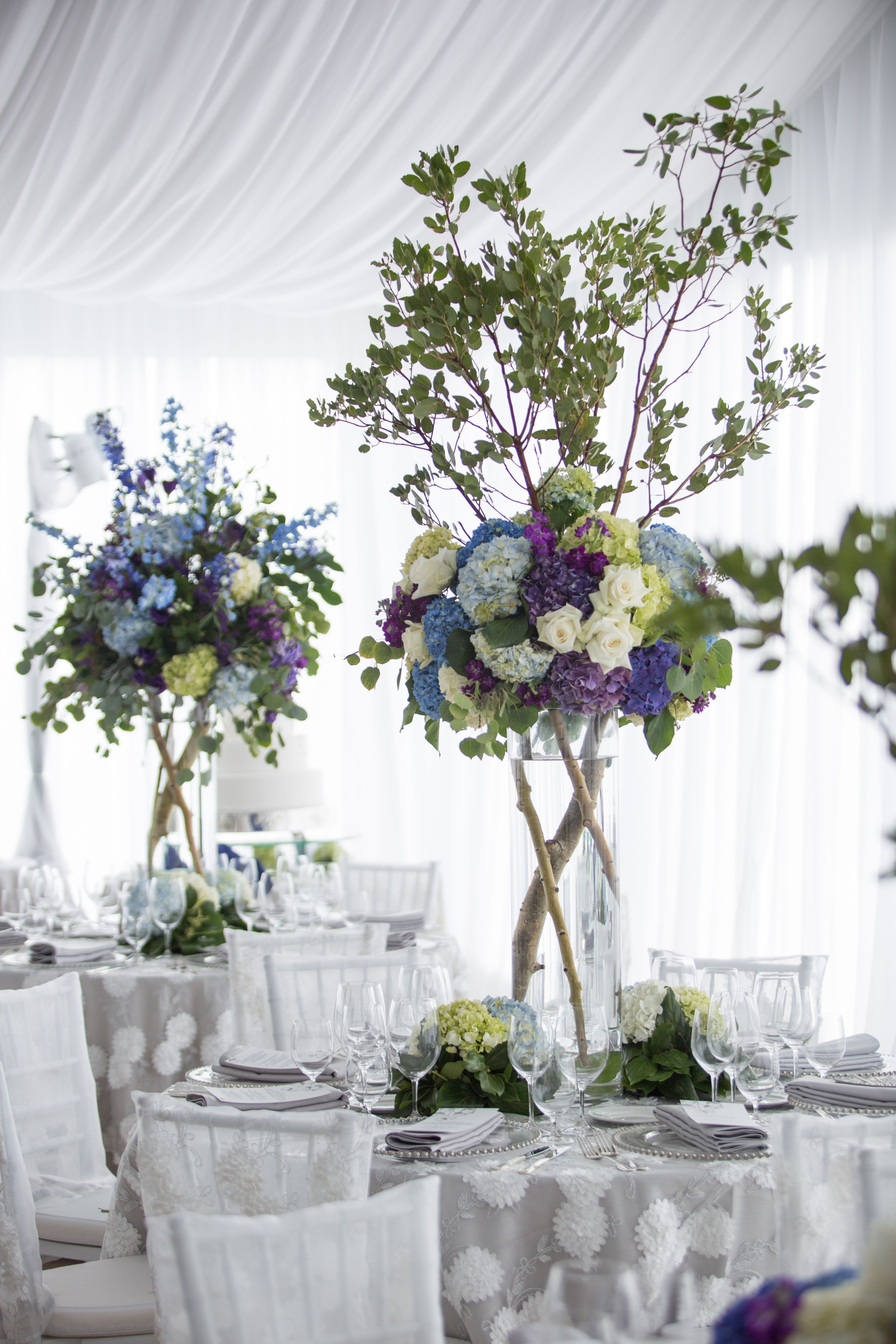 How jaw-dropping are these tree branch and hydrangea centerpieces ...