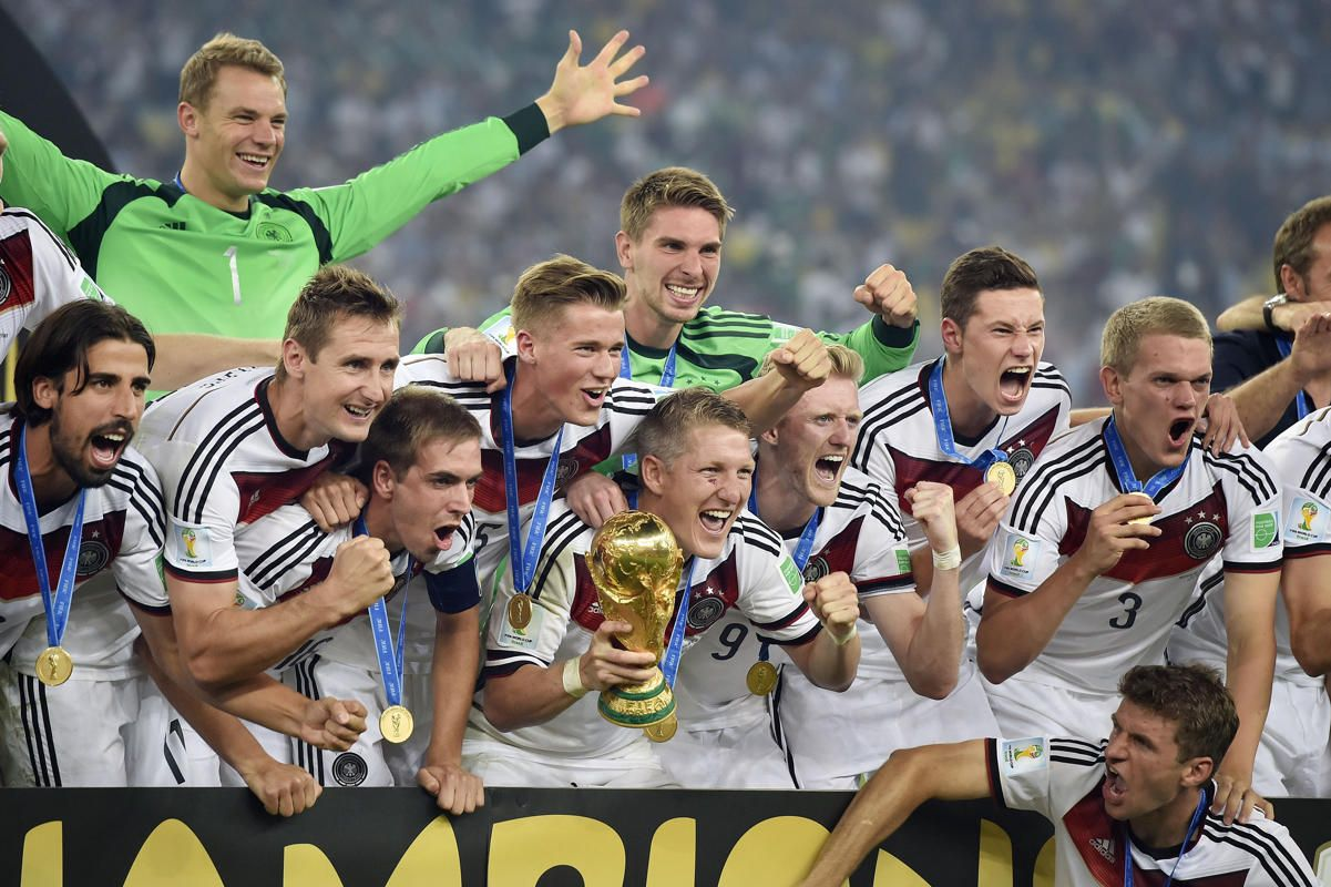 German Players Celebrate With The Trophy After The World Cup Final Soccer Match Between Germany And Argentin Fussball Weltmeister Weltmeister 2014 Fussball Dfb
