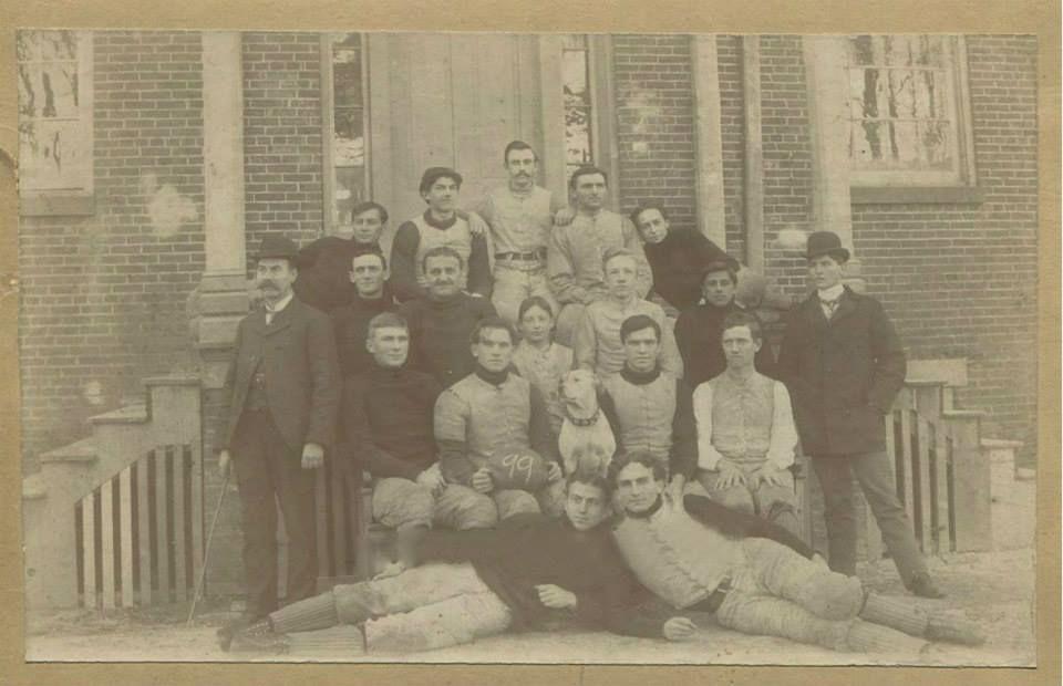 Football team & mascot 1899, colección C.H.