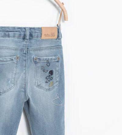 Imagen 4 de Pantalón denim detalle rotos de Zara