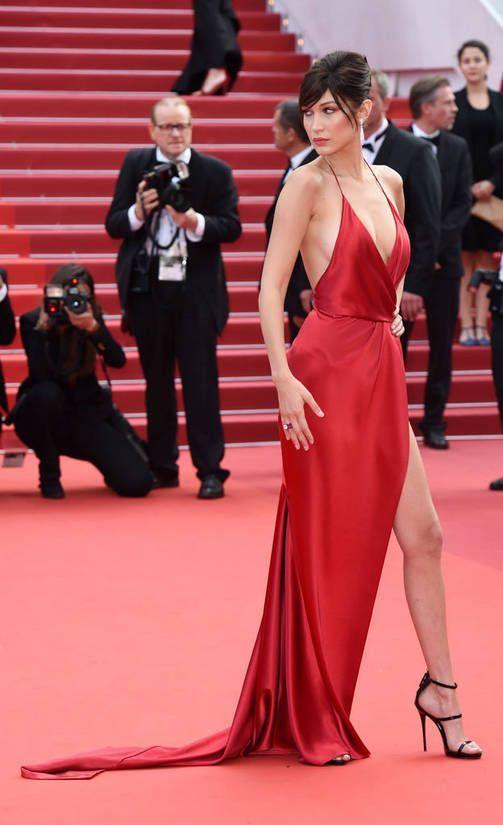 Sama seksikäs punainen puku, kumpi kantaa sen paremmin? | Pinterest ...