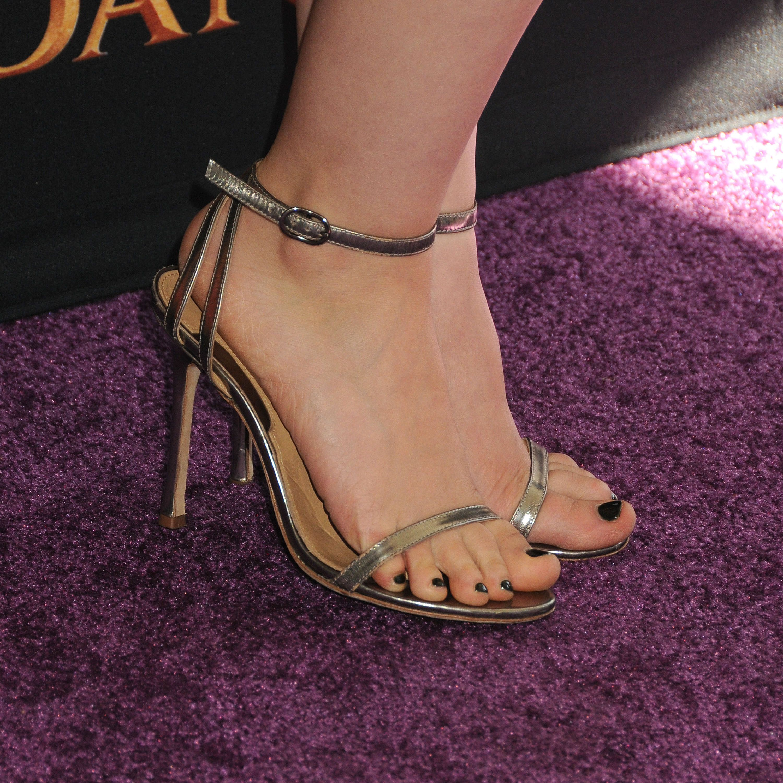 "http://www.feetpedia.net/2015/12/dove-cameron_6.html Acttress Dove Cameron attends the premiere of Disney Channel's ""Descendants"" at Walt Disney Studios on July 24, 2015 in Burbank, California. R5QdGNM.jpg (3000×3000)"